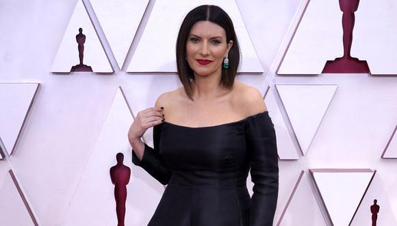 La cantante Laura Pausini llegó a la gala de los premios Oscar 2021 con un elegante vestido negro. (Foto: Chris Pizzello / POOL / AFP)
