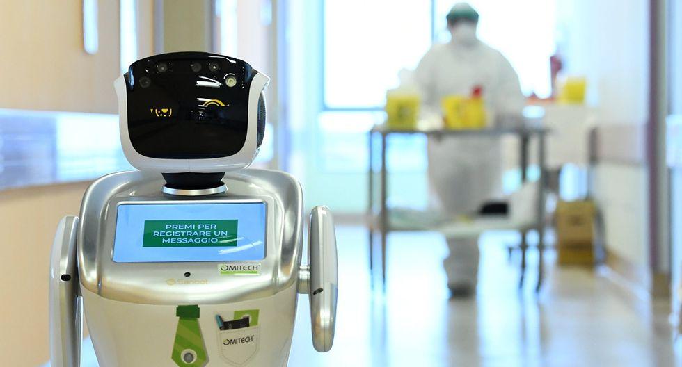 Un robot que ayuda a los equipos médicos a tratar a pacientes que padecen la enfermedad por coronavirus (COVID-19) se muestra en el corredor, en el hospital Circolo, en Varese, Italia. (Foto: Reuters/Flavio Lo Scalzo)