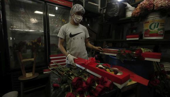 Venta de arreglos florales por el Dia de la Madre en el Mercado de Flores.