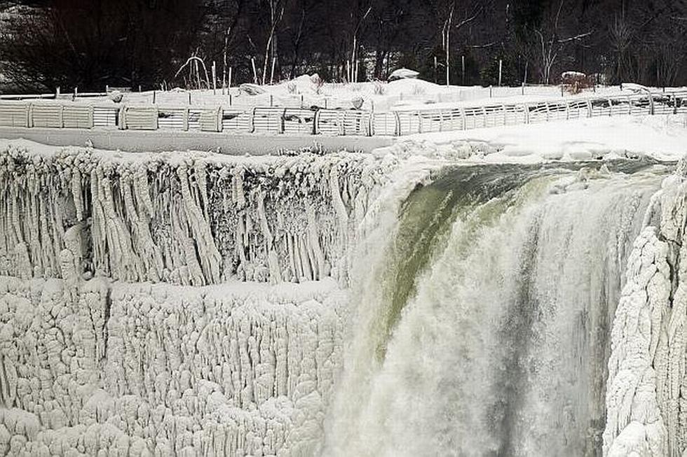 Dos semanas después de que el primer golpe del vórtice polar, la acumulación de hielo en Niágara es mucho mayor ahora. (AP)