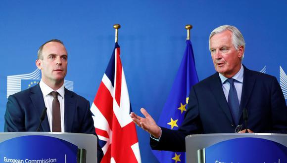 Michael Barnier, negociador del Brexit para la Unión Europea, junto a Dominic Raab, su homólogo británico. (Foto: Reuters)