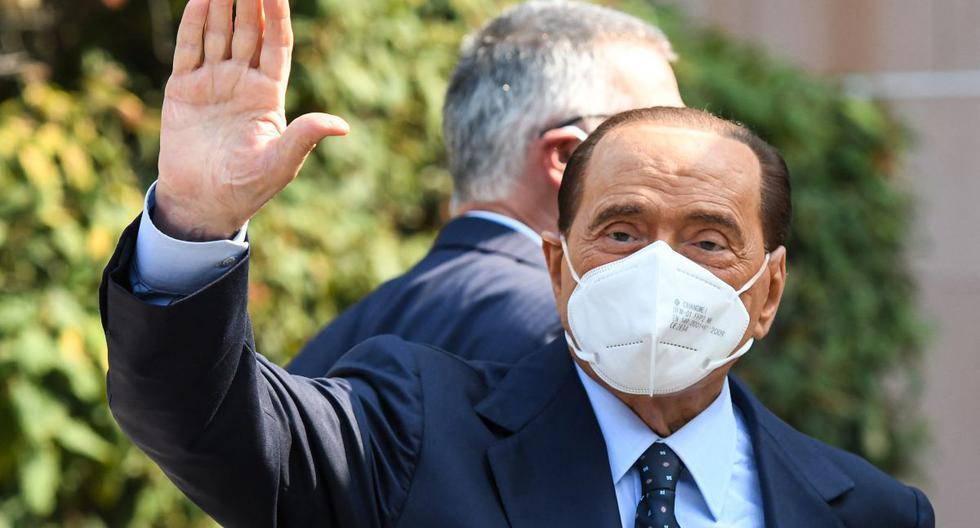 El ex primer ministro italiano Silvio Berlusconi saluda al salir del Hospital San Raffaele, en Milán, el 14 de setiembre de 2020. (Piero CRUCIATTI / AFP).