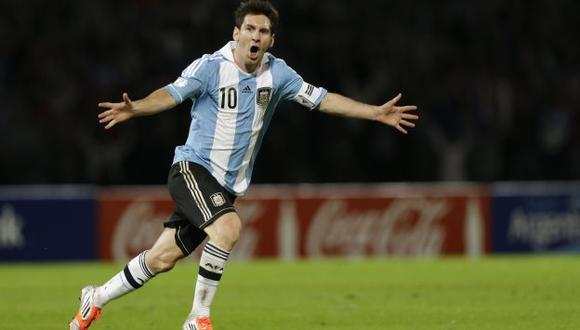 Messi anota con un tiro libre lleno de picardía. La puso debajo de la barrera. (AP)