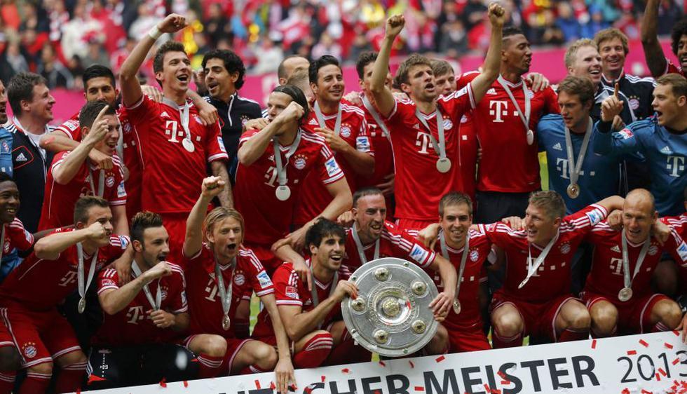 Claudio Pizarro celebró con todo el plantel del Bayern Munich. (Reuters)
