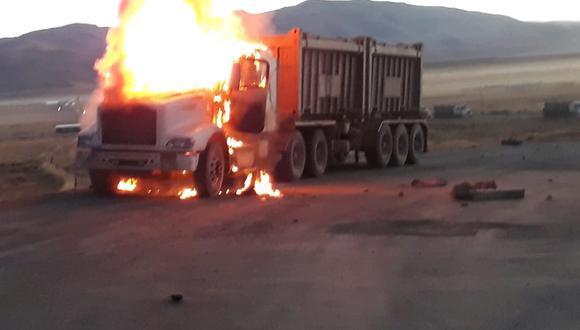 Fueron incendiadas dos unidades de contratistas de la minera Las Bambas que se trasladaban por el denominado Corredor Vial del Sur, a un kilómetro de la ciudad de Espinar (Cusco).
