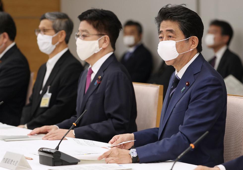 El primer ministro de Japón, Shinzo Abe, habla durante una reunión de un grupo de trabajo contra el brote de coronavirus COVID-19. Abe levantó el estado de emergencia en varias grandes ciudades del oeste Japón e insinuó que la medida se eliminaría en todo el país a partir de la próxima semana. (STR / JIJI PRESS / AFP)