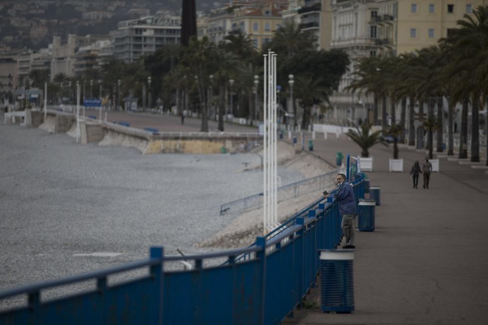 Niza amaneció este sábado con sus turísticas calles desiertas, lejos del bullicio de la reputada Riviera Francesa, y con sus habitantes resignados a pasar un primer fin de semana confinados para frenar un repunte de casos de COVID-19. (Texto: AFP / Foto: AP).