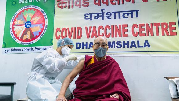 """""""Una foto facilitada por la oficina del Dalai Lama muestra al líder espiritual tibetano mientras recibe una vacuna COVID-19 en Dharmsala, India. (Foto: EFE)"""