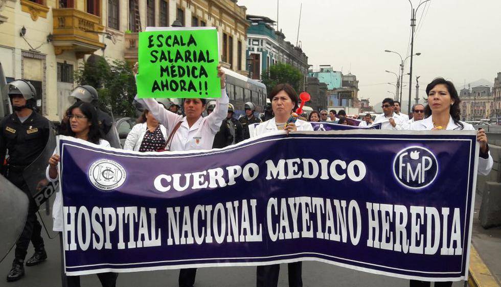 Médicos del Minsa inician huelga indefinida con plantón frente al hospital San Bartolomé. (Lucía Calderón/Perú21)