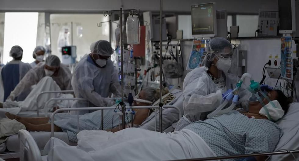 Personal médico trabaja en la UCI del Hospital de M'Boi Mirim, en un suburbio de Sao Paulo, en medio de la pandemia de coronavirus que golpea a Brasil. (Foto: EFE/FERNANDO BIZERRA).