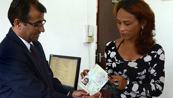 Transexual obtiene el primer pasaporte para el 'tercer género' en Nepal. (AFP)