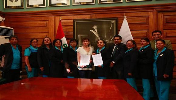 Las enfermeras firmaron el acta con la ministra de Salud, Silvia Pessah. (Minsa)