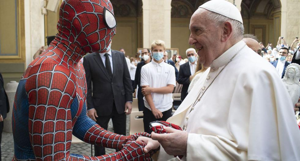 Imagen muestra al papa Francisco dándole la mano a un hombre vestido con un disfraz del personaje de fantasía de Spider-Man en el Vaticano. (VATICAN MEDIA / AFP).