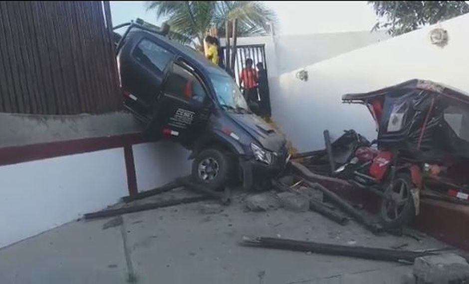 Camioneta terminó empotrada en inmueble.
