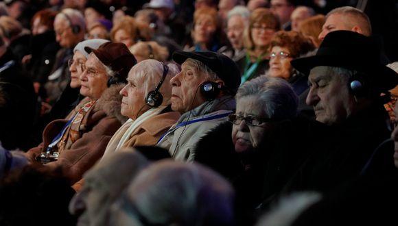 Sobrevivientes del Holocausto asisten a una ceremonia realizada en el antiguo campo de exterminio nazi Auschwitz-Birkena, para conmemorar el 75 aniversario de su liberación. (Foto: AFP)