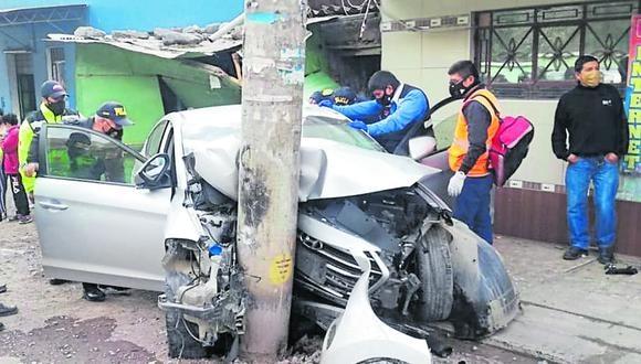 El auto era conducido por Raúl Olachagua Asto (47) e iban a bordo Nelly Ordoñez Jacobi (48), Angel Nova Pacheco y la exautoridad pasqueña. (Foto: PNP)