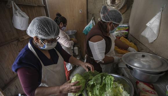 Solo en Lima son 250 mil las personas que comen cada día gracias a los alimentos que ofrecen las ollas comunes, señala la columnista. (Foto: Anthony Niño de Guzmán/ GEC)