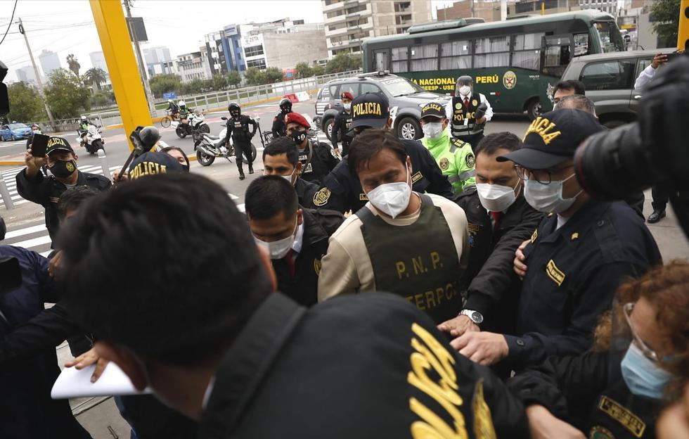 Luego de pasar por Medicina Legal, fue llevado al departamento de Requisitorias de la PNP. (Foto:César Bueno/@photo GEC)
