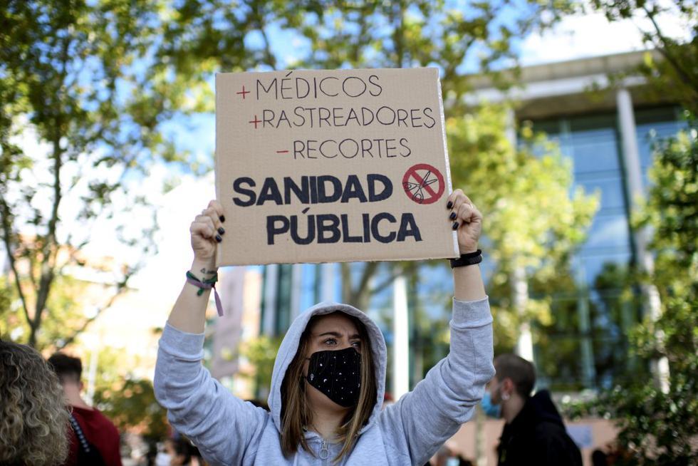 Centenares de personas se concentraron este domingo en Madrid para protestar contra las restricciones que impuso el Gobierno regional en el sur de la ciudad para hacer frente a la pandemia de coronavirus.  (Foto: OSCAR DEL POZO / AFP)