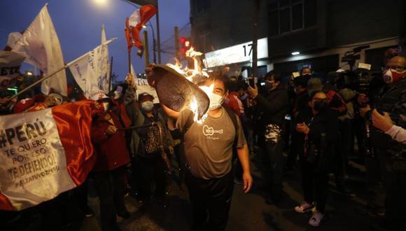 La movilización dio por concluida alrededor de las siete de la noche, sin embargo, algunos de los asistentes se trasladaron al pasaje Sarratea en Breña, donde reside y hasta ayer despachaba el presidente Pedro Castillo.