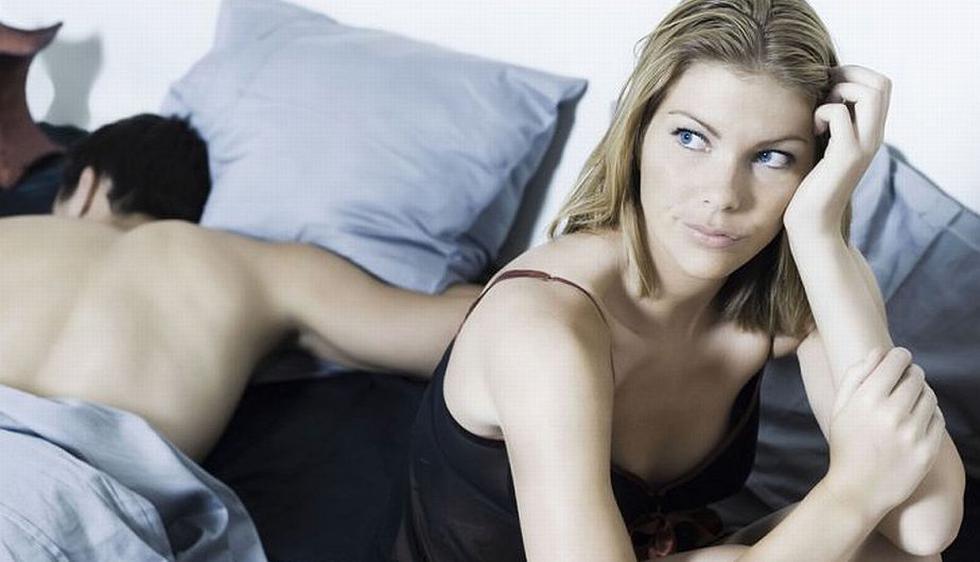 Ignorar a tu pareja y dedicarte a fumar, comer o peor aún, dormir. Ellas buscan caricias, besos y abrazos, explica el psicólogo Daniel Kruger, de la Universidad de Michigan. (123.rf)