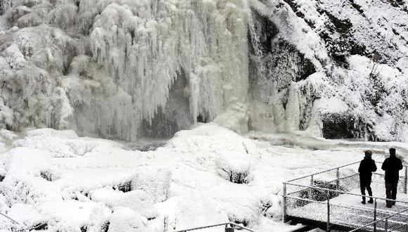 Así luce una cascada en Alemania por el frío. (Reuters)