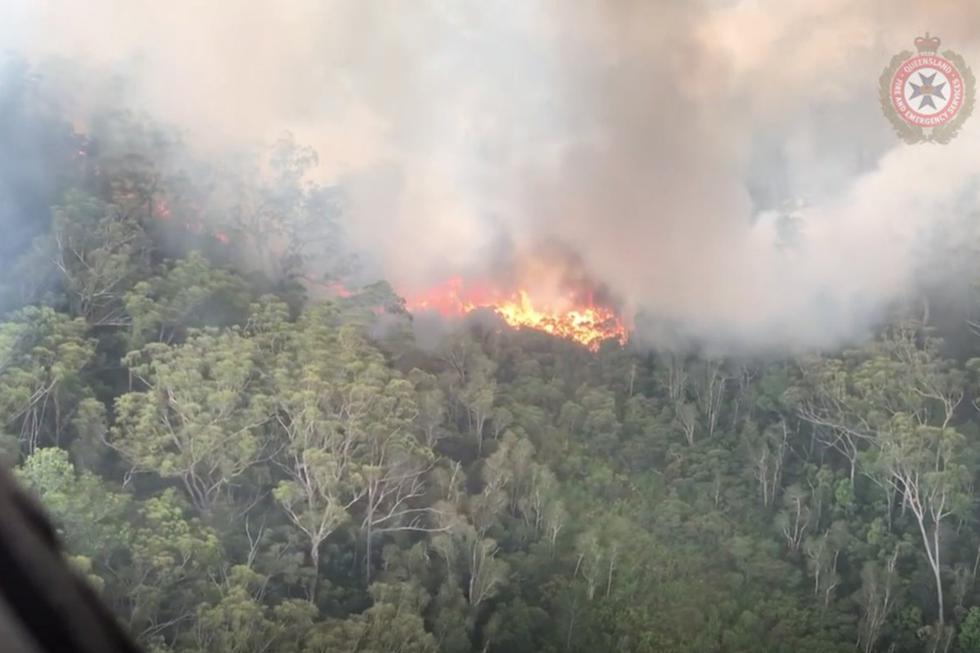 Los bomberos trabajan este viernes contra reloj para controlar los incendios forestales que han devorado casi la mitad de Fraser, la isla de arena más grande del mundo declarada Patrimonio de la Humanidad, en el noreste de Australia.