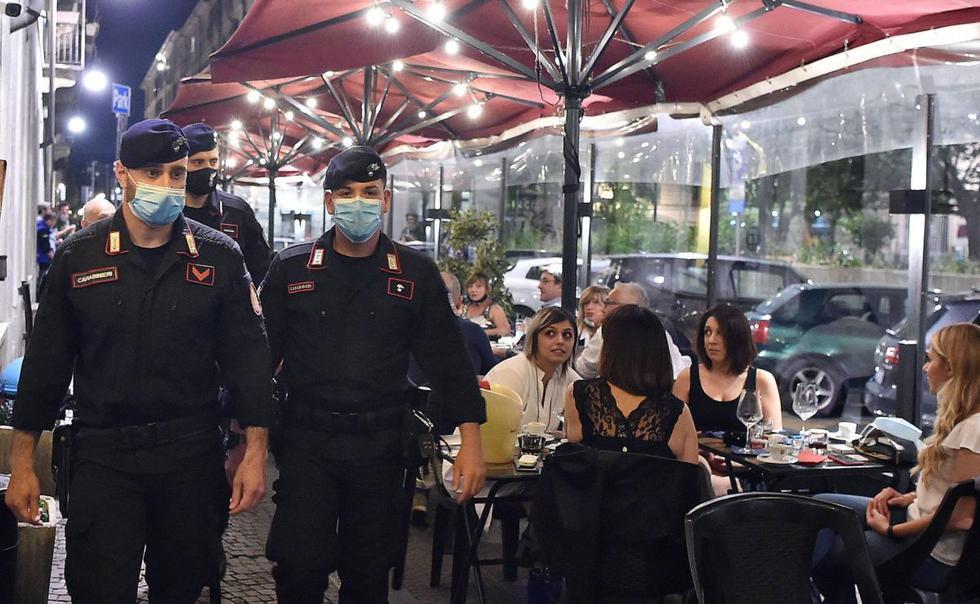 Las zonas de fiesta de las principales ciudades italianas empezaron a recuperar la vida interrumpida de hace tres meses, aunque no siempre respetando las medidas de seguridad contra el virus, lo que preocupa a las autoridades en un momento en que la curva de contagios se mantiene a la baja. (EFE / EPA / Alessandro Di Marco)