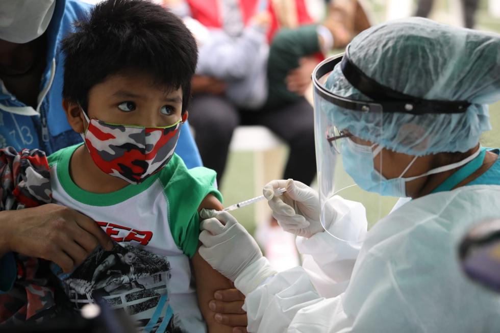 El Ministerio de Salud vacunó este jueves a niños, madres gestantes y adultos contra la difteria, tétano y contra el Virus del papiloma humano (VPH) en el Centro de Salud 7 de Octubre, en el distrito de El Agustino. (Fotos Britanie Arroyo /@photo.gec)