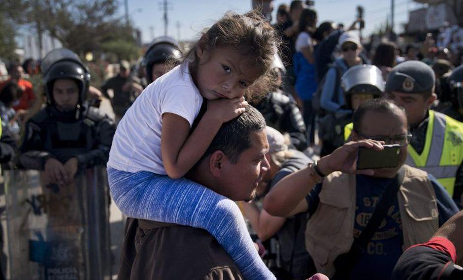 El gobierno de Honduras condenó el uso de balas de goma contra los migrantes de la caravana que intentaron cruzar la frontera.   Foto: AP