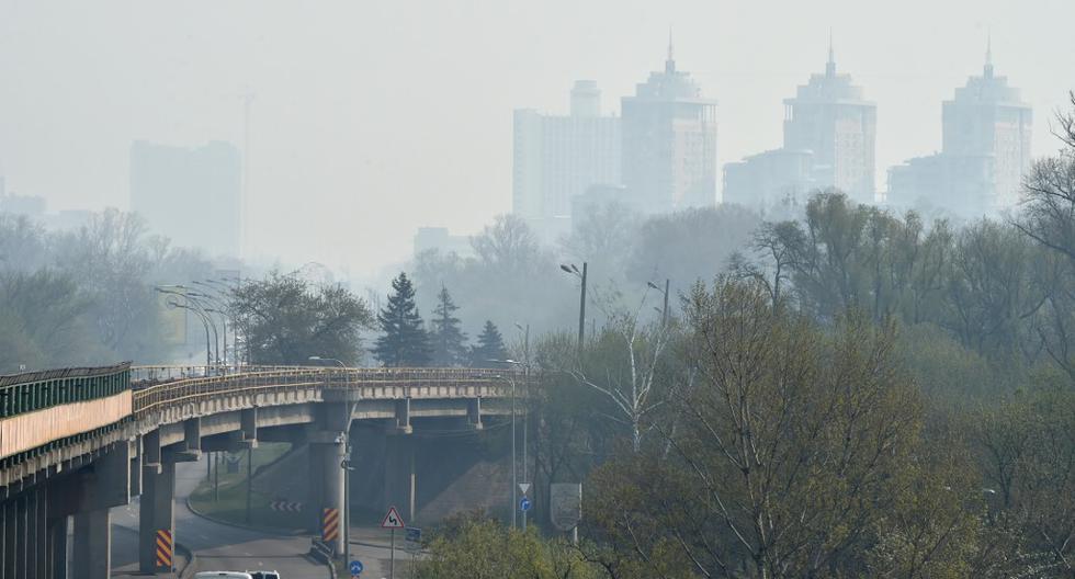 La neblina de humo se cierne sobre la capital ucraniana de Kiev este 17 de abril de 2020. (Sergei SUPINSKY / AFP)