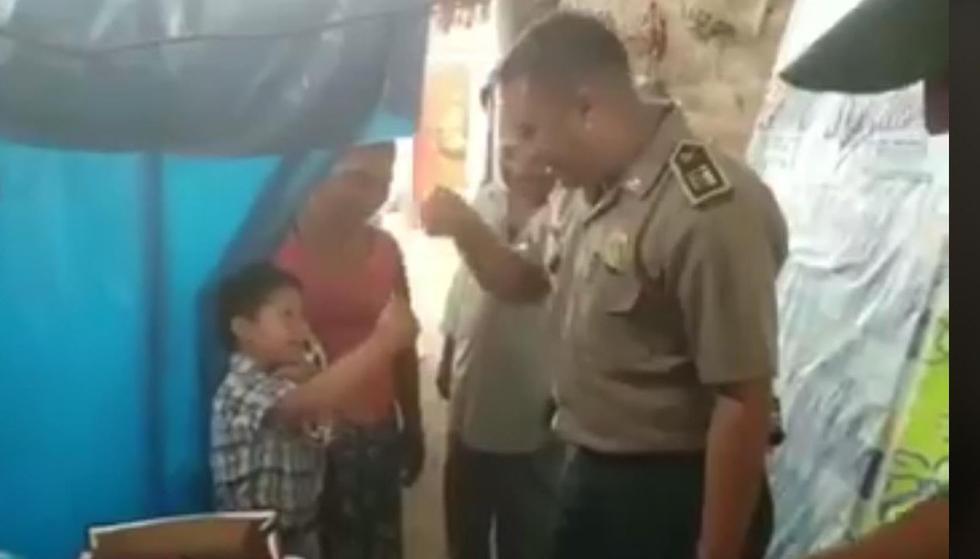 Policías de Sechura ayudan a niño con Síndrome de Down: (Captura)