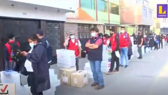 Trabajadores continúan a la espera de poder entregar las ánforas de votación. Foto: captura Latina
