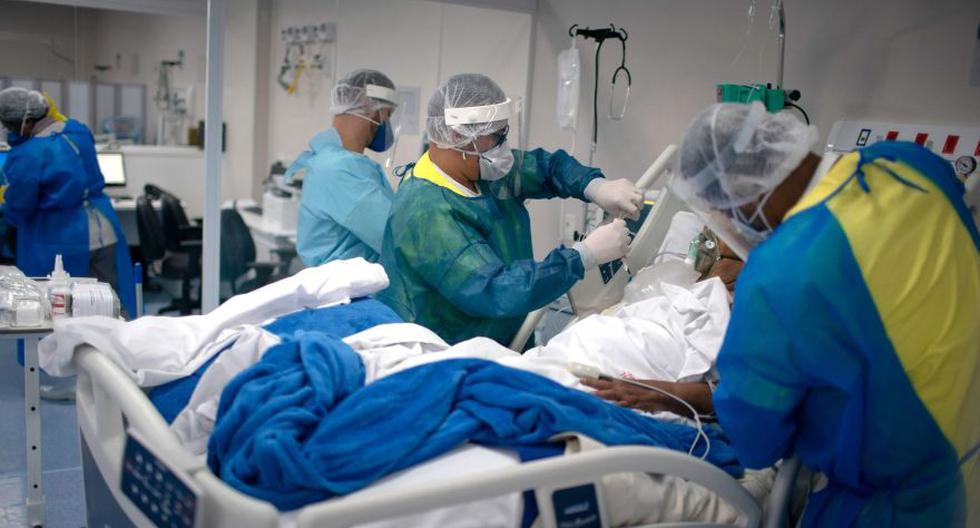 Los profesionales de la salud revisan a un paciente infectado con COVID-19 en la Unidad de Cuidados Intensivos. (AFP / Mauro Pimentel).
