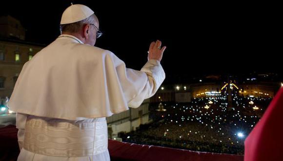HABEMUS PAPAM. El cardenal argentino Jorge Mario Bergoglio en su primer saludo como el papa Francisco. (AP)