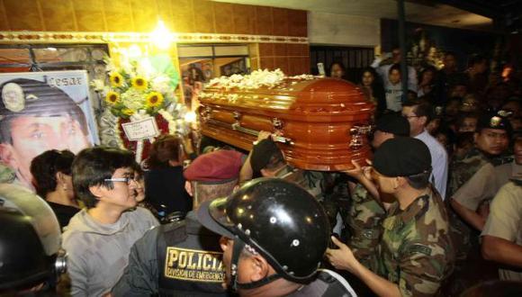Los restos del valeroso suboficial de la Dinoes son velados por familiares y amigos en San Martín de Porres. (Rafael Cornejo)