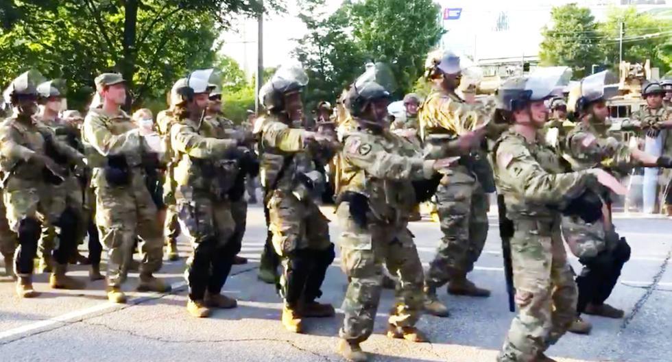 Muerte de George Floyd | Militares bailan La Macarena en medio de manifestaciones en Atlanta. Un video en el que se observa a manifestantes y militares bailando la popular canción del grupo español Los del Río en el centro de Atlanta causó asombro en varios usuarios de redes sociales. (Captura)