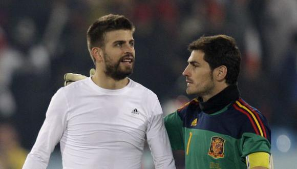 Casillas y Pique bromearon en Twitter. (AP)