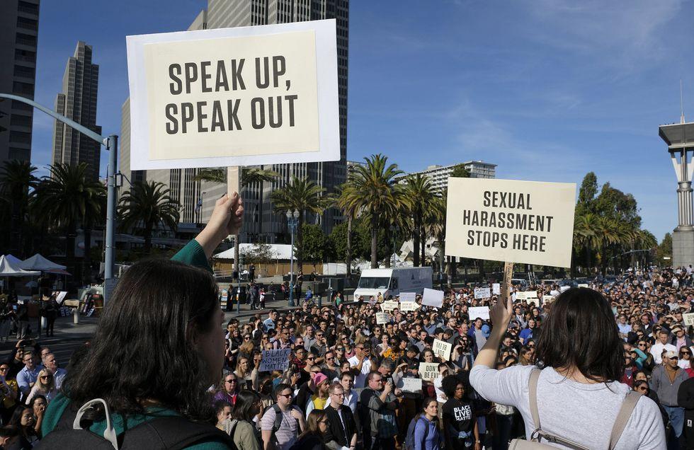 Los empleados de Google sostienen carteles durante un mitin en la plaza Harry Bridges. | Foto: AP