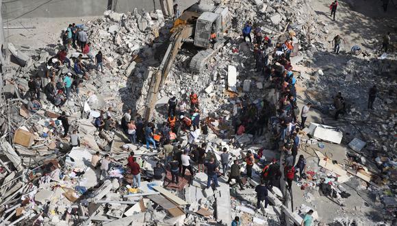 Los palestinos buscan víctimas bajo los escombros de un edificio destruido en el distrito residencial Rimal, en la ciudad de Gaza, el 16 de mayo de 2021. (Jamones de Mahmud / AFP).