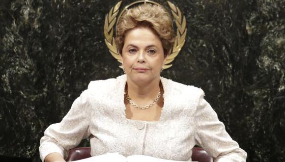 Dilma Rousseff retornó a Brasil para preparar su defensa ante comisión del Senado que la investiga. (AP)