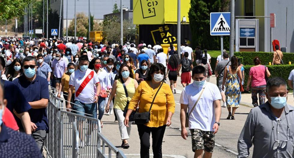 Residentes peruanos en España llegan al recinto ferial del IFEMA en Madrid, España, para ejercer su derecho al voto en la segunda vuelta de las elecciones presidenciales. (EFE/Víctor Lerena).