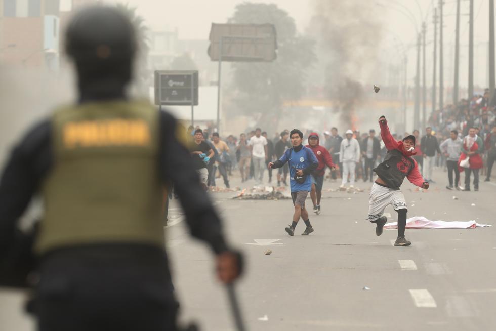 Desatan violencia. Un grupo de manifestantes, algunos encapuchados, se enfrentó a la Policía.