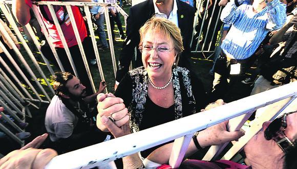 FAVORITA. Michelle Bachelet conserva las preferencias, pero la distancia con Matthei se acorta. (EFE)