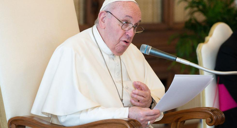 Imagen muestra al papa Francisco sosteniendo una audiencia privada semanal en la biblioteca del palacio apostólico en el Vaticano. (AFP / VATICAN MEDIA).