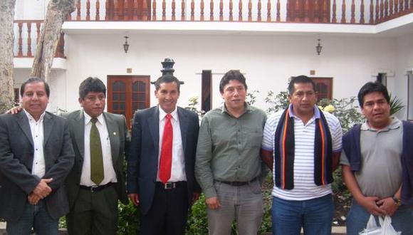 ALEXIS Y SU MANCHA. Con Josué Gutiérrez y Walter Acha, en extraña visita al alcalde San Marcos (corbata roja). (Difusión)