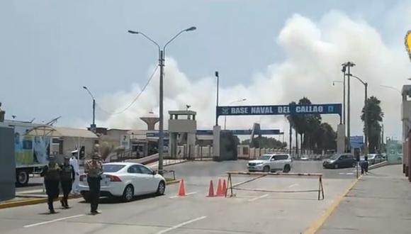 Hasta el lugar llegaron al menos cinco unidades de bomberos, entre ambulancias y autobombas para sofocar el incendio en la Base Naval del Callao. (Foto: Captura Prensa Chalaca)