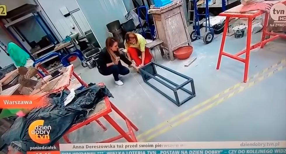 Reportera se tropezó y rompió una escultura en plena entrevista en vivo y en directo. (YouTube / metrosoft)