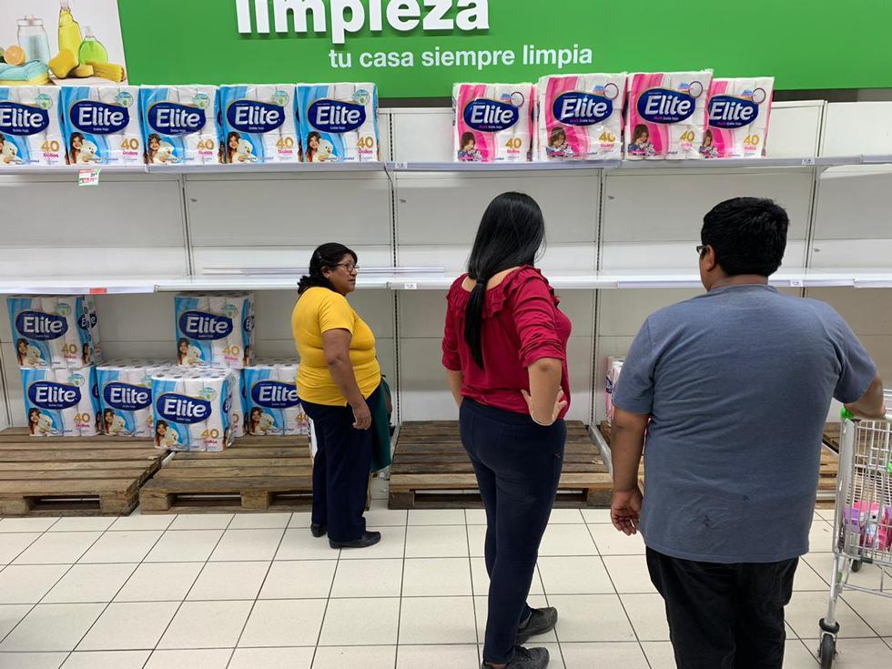 Personas continúan acabando con productos en los supermercados. (Esther Vargas)