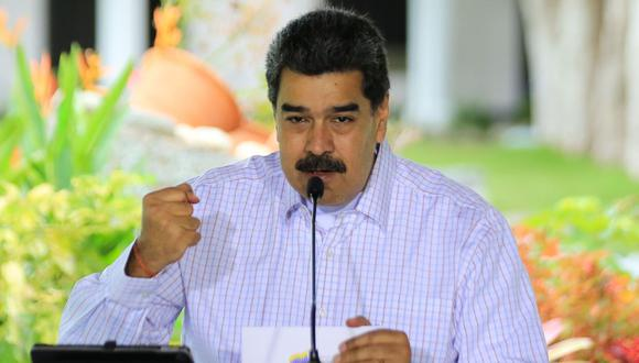 Imagen del folleto difundido por la Presidencia venezolana que muestra al presidente de Venezuela, Nicolás Maduro, hablando durante un mensaje televisado, en el Palacio Presidencial de Miraflores en Caracas. (AFP).